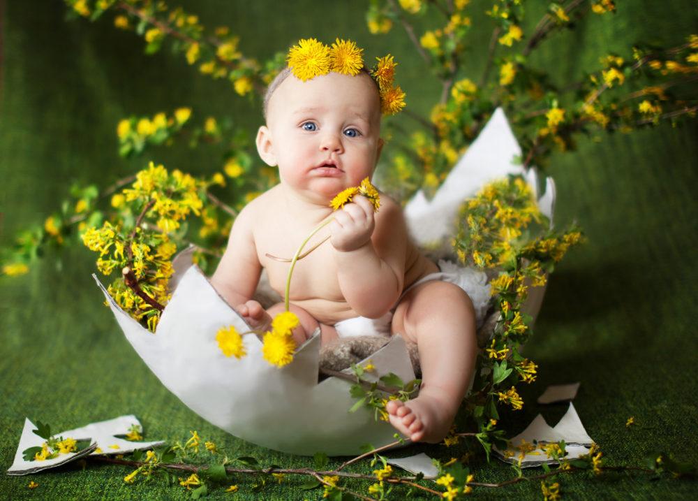 летний младенец с одуванчиками