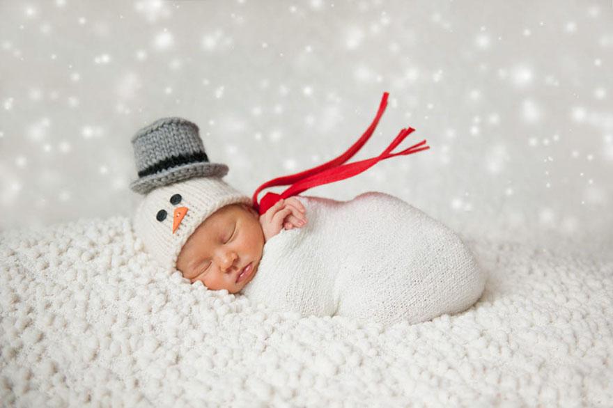 зимний младенец в новогоднем костюме